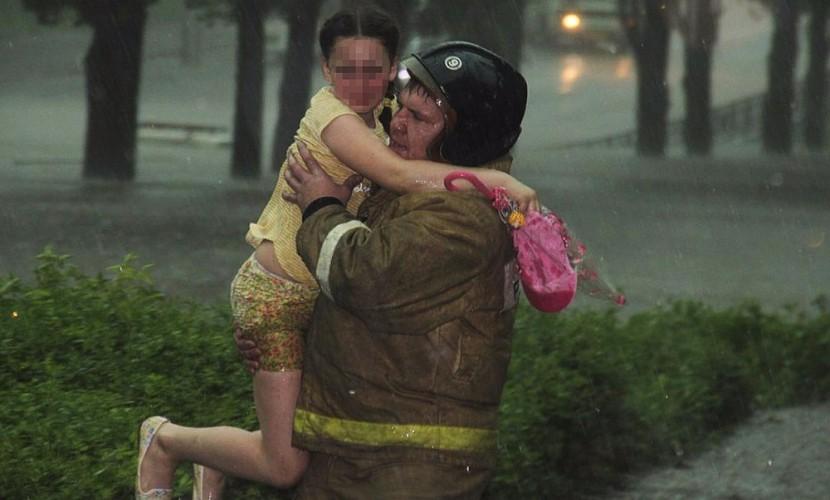 Девочку и ее родителей спасли из тонущей машины в центре Липецка