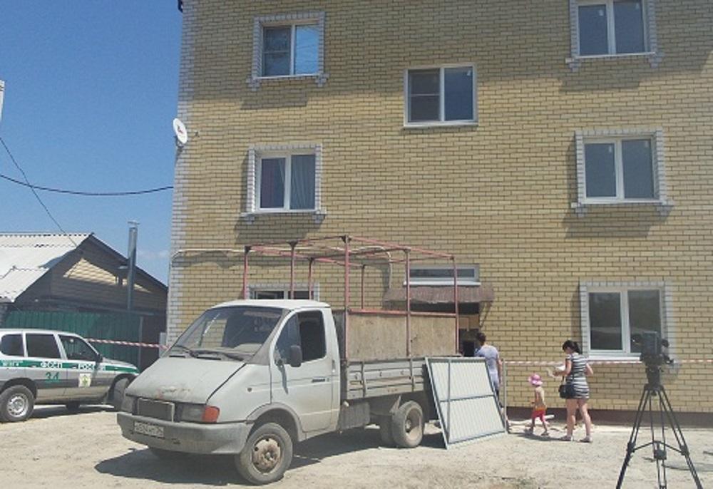 В Волгограде сносят незаконный многоквартирный дом вместе с детьми и беременной женщиной