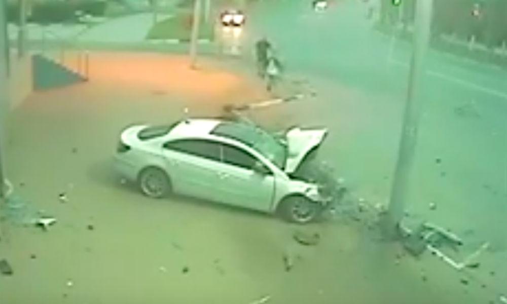 16-летняя девушка из Рязани на родительской иномарке влетела в столб и покалечила друзей