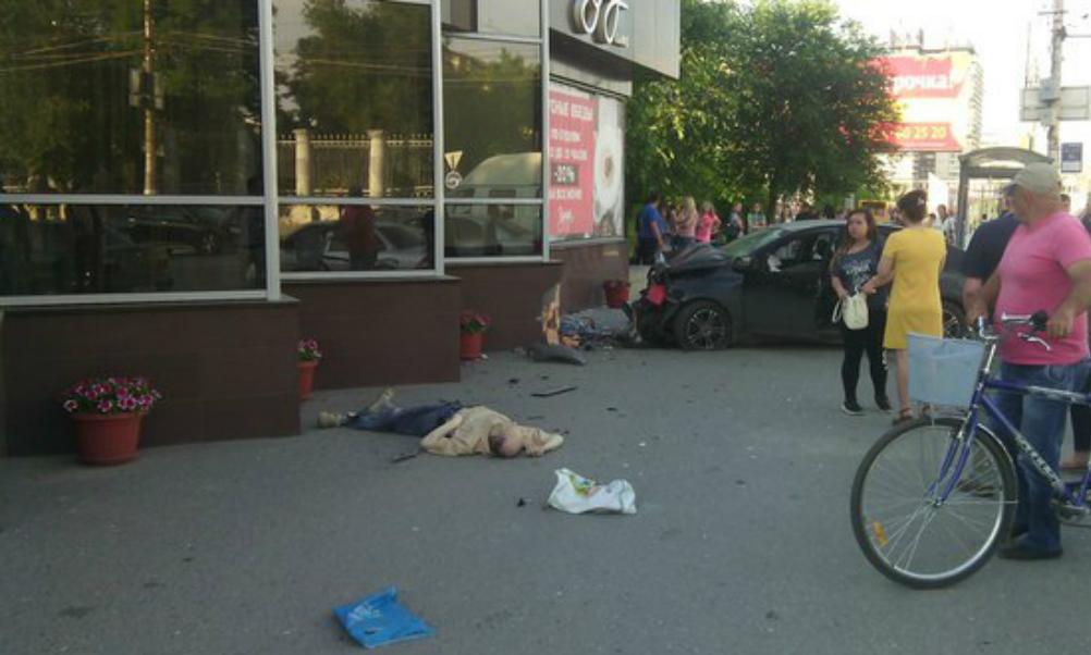 Молодой водитель за рулем иномарки задавил мужчину и женщину на остановке в Волгограде