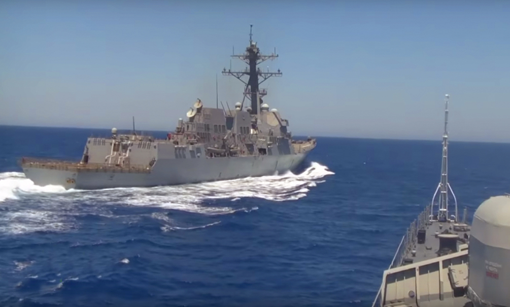 Рискованное приближение эсминца ВМС США к российскому боевому кораблю в Средиземном море попало на видео