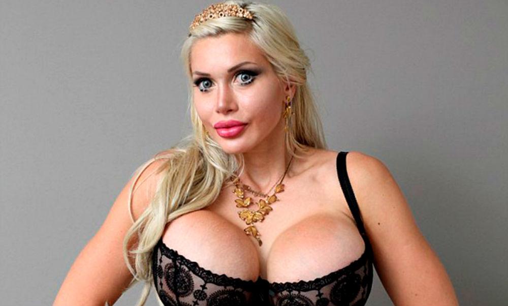 Эффектная модель-блондинка удалила ребра и сделала «нереальные» глаза для превращения в мультяшку