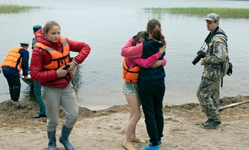 Инструкторы заставили детей плыть, несмотря на штормовое предупреждение в Карелии