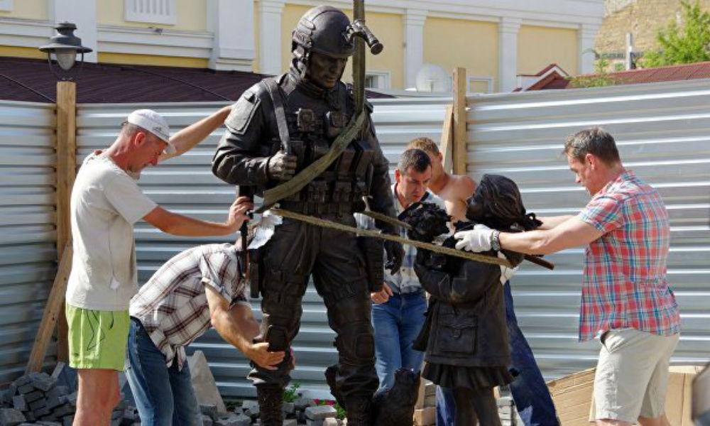 Интересный памятник «вежливым людям» на радость молодоженам открыли в Крыму