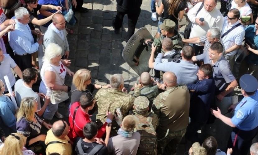 Экстремисты УНА-УНСО сорвали заседание горсовета во Львове с требованием отставки мэра