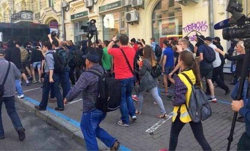 В спальном районе украинской столицы 10 молодчиков избили двух участников гей-парада