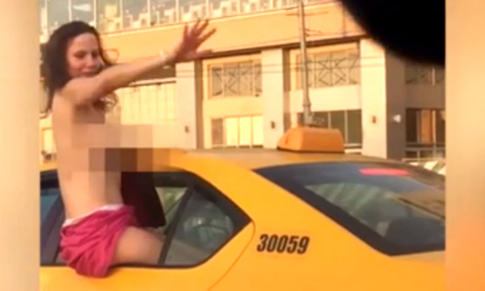 Веселая красавица на такси показала Москве обнаженную грудь и попала на видео