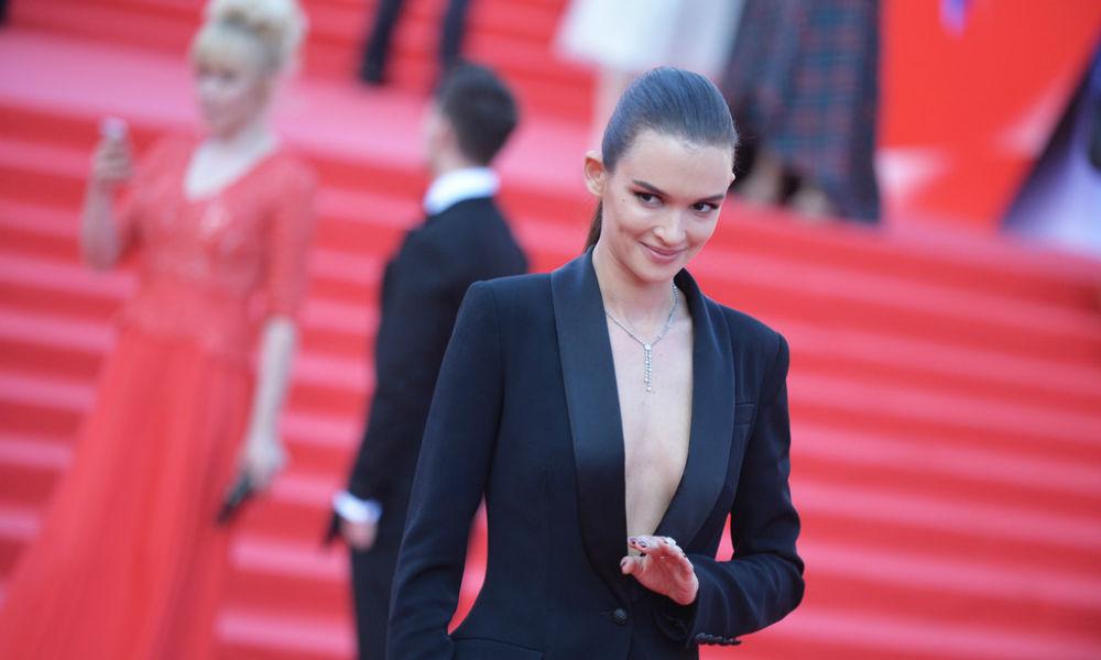 Красавица Паулина Андреева появилась на дорожке Московского кинофестиваля в костюме с глубоким декольте