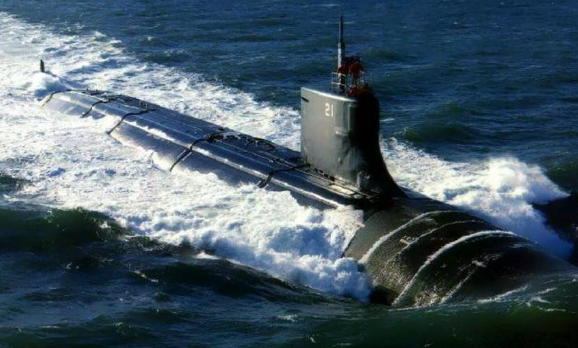 Британский корабль запеленговал российскую подводную лодку и сопровождает ее в Северном море