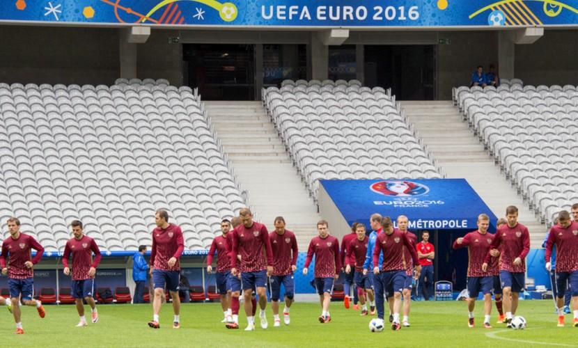 Российским футболистам разрешили надеть траурные повязки на третий матч Евро-2016