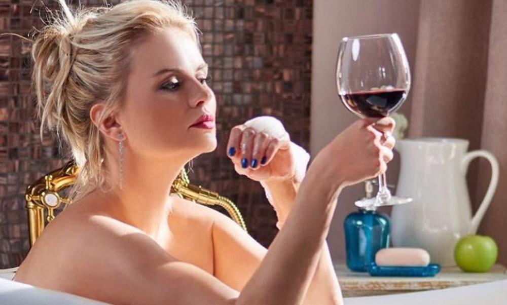 Обнаженная Анна Семенович с бокалом вина в ванне показала поклонникам свою красоту