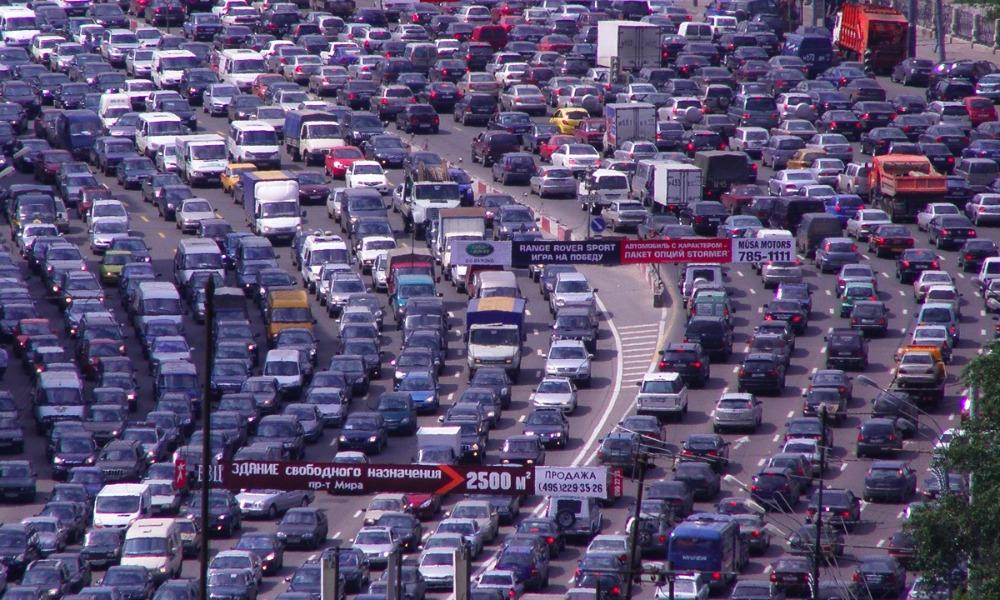Почти половина жителей России негативно отозвалась о безопасности на дорогах в городах и селах