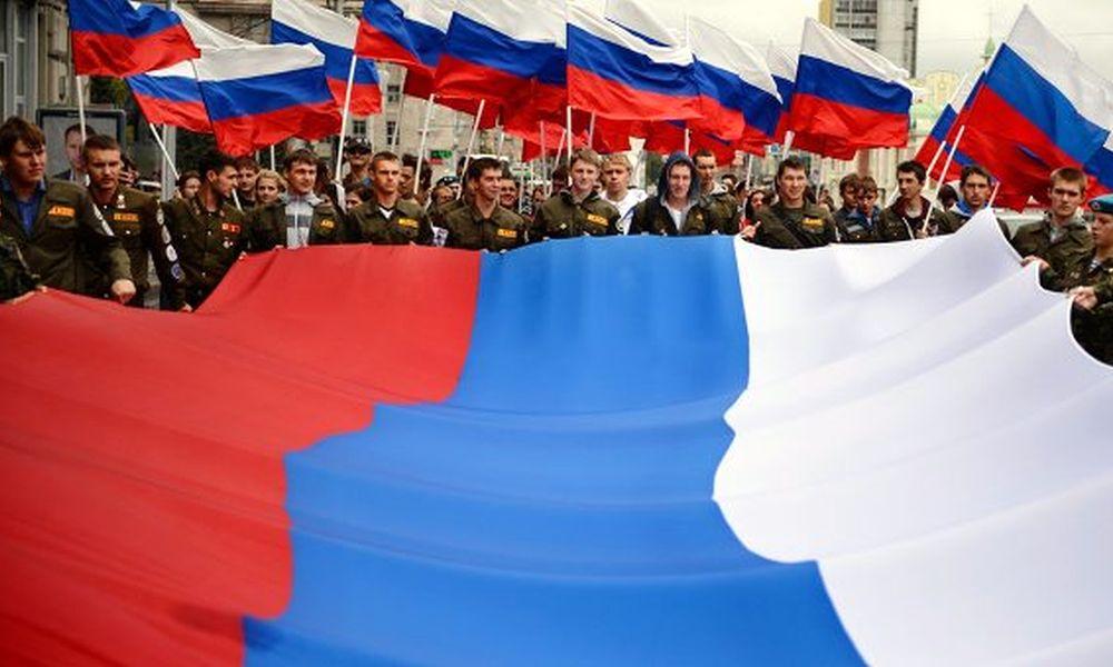 День России в Симферополе отметили многонациональным парадом с огромным флагом страны