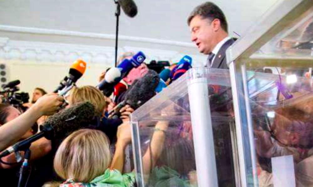 Украинская журналистка в стрингах возле Порошенко попала на фото и стала звездой Сети