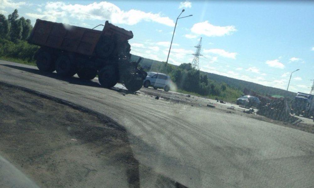 В Сети опубликовано видео страшной аварии с участием двух грузовиков в Татарстане
