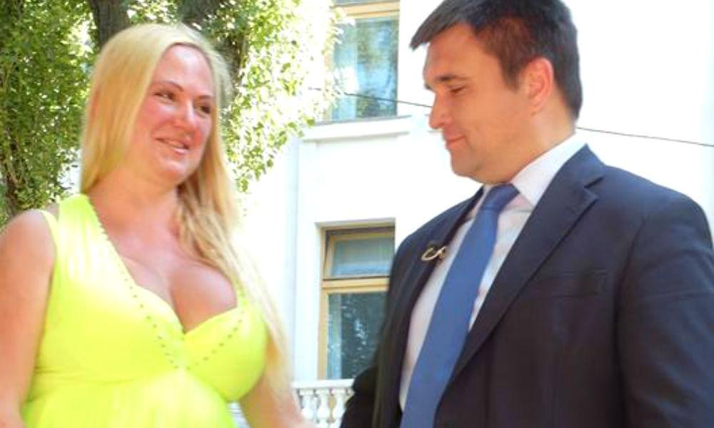 Пышногрудая режиссер подорвала обороноспособность Украины пикантной фотосессией с Климкиным