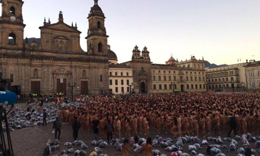 Эпатажный фотограф Спенсер Туник раздел 10 тысяч людей в столице Колумбии