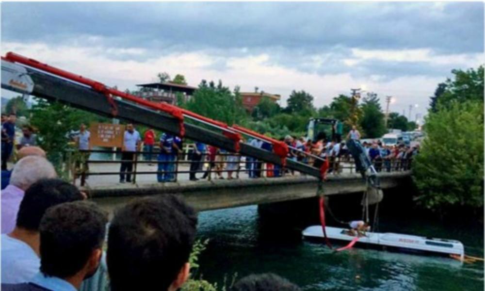Экскурсионный автобус с детьми утонул на юге Турции: 14 погибших
