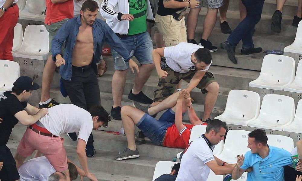 Сборную России из-за буйных фанатов оштрафовали и условно дисквалифицировали до конца Евро-2016