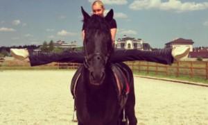 Анастасия Волочкова коня на скаку остановила и сделала на нем шпагат
