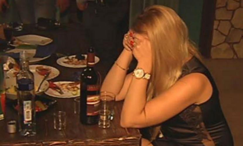 Задержание официанток-проституток в московской сауне сняли на видео