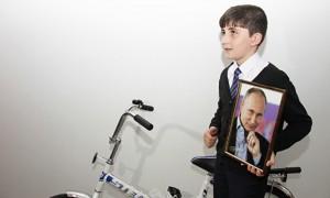 Путин подарил планшет и велосипед вложившему свои сбережения в экономику России мальчику