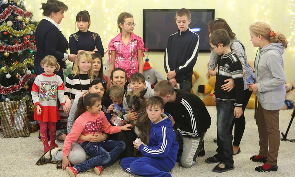 Юлия Чичерина с детьми Донбасса на Новый год.