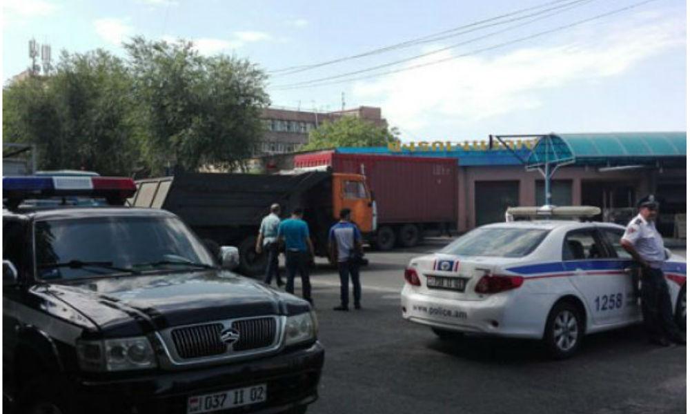 Группа вооруженных лиц захватила полицейский участок в Ереване: есть жертвы