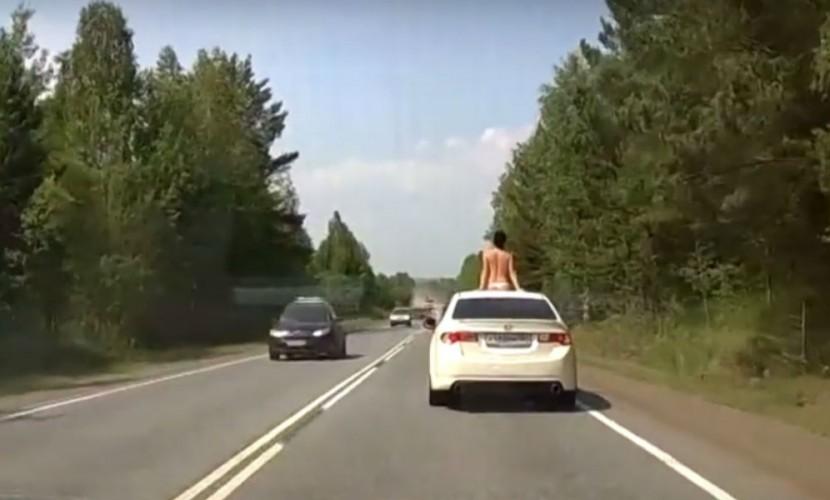 Голая красотка порадовала автомобилистов на трассе под Красноярском и попала на видео