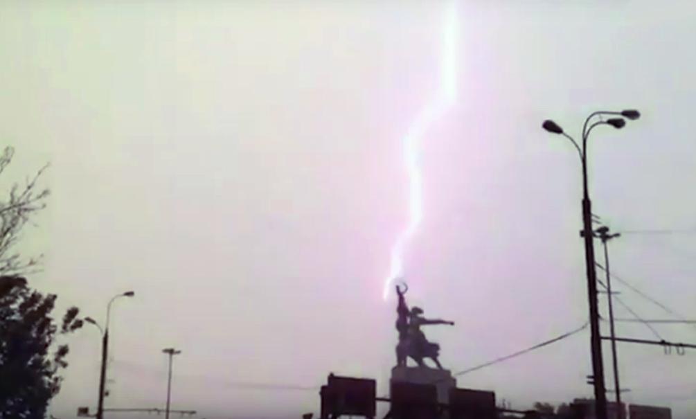 На видео попала молния, поразившая Останкинскую башню во время страшного урагана в Москве