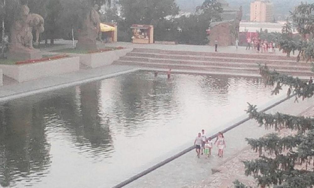 Опубликовано видео купания волгоградских подростков в Озере слез на Мамаевом кургане
