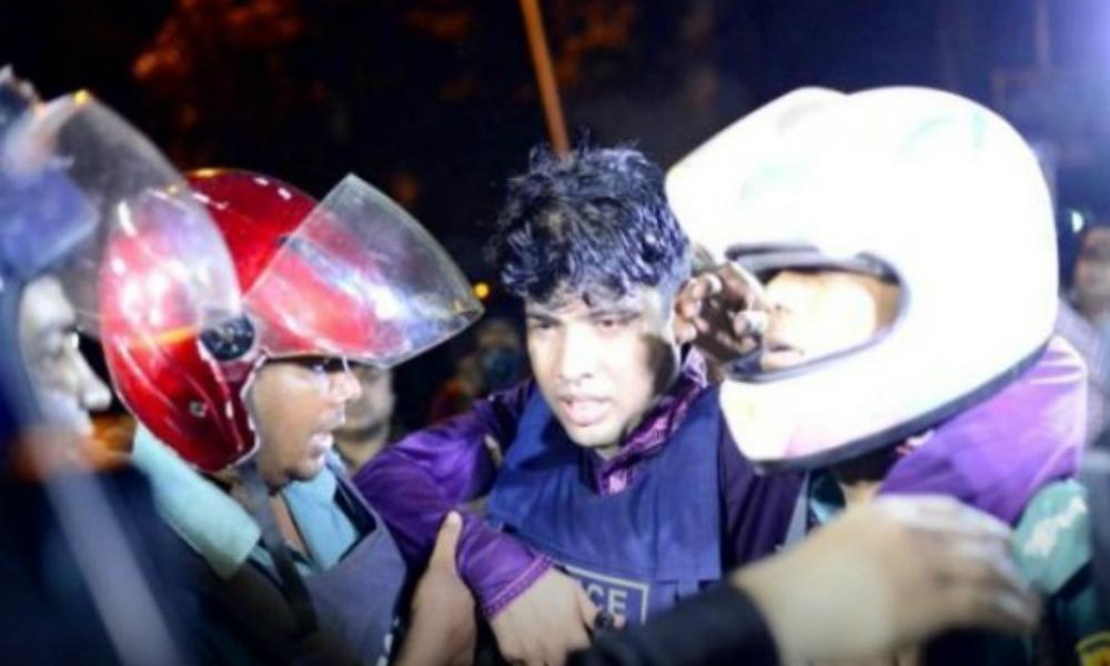 Группа европейцев попала в руки террористов в Дакке