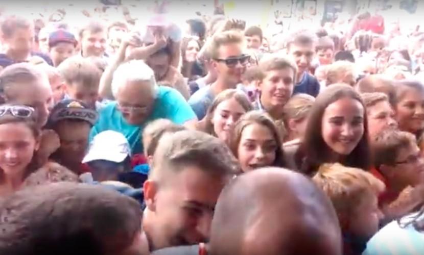 Массовая давка при открытии первого в истории ресторана McDonald's в Барнауле попала на видео