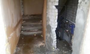 Жильцы полуснесенного дома в Волгограде попали в «водную ловушку» после прихода мародеров
