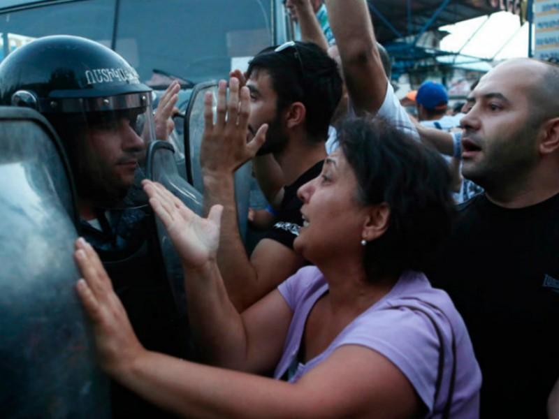 В ходе массовых столкновений в Ереване ранения получили 45 человек