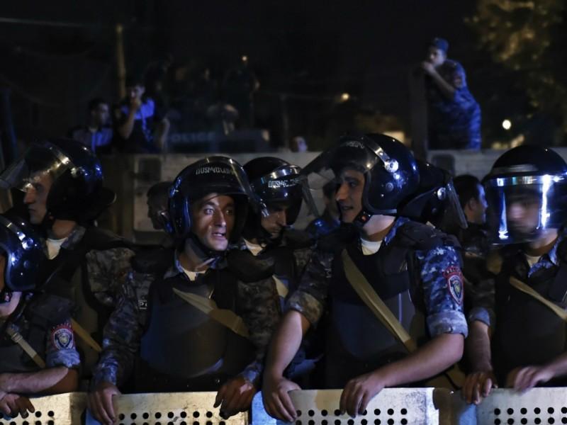 В Ереване произошли масштабные столкновения между митингующими и полицией: есть арестованные и раненые