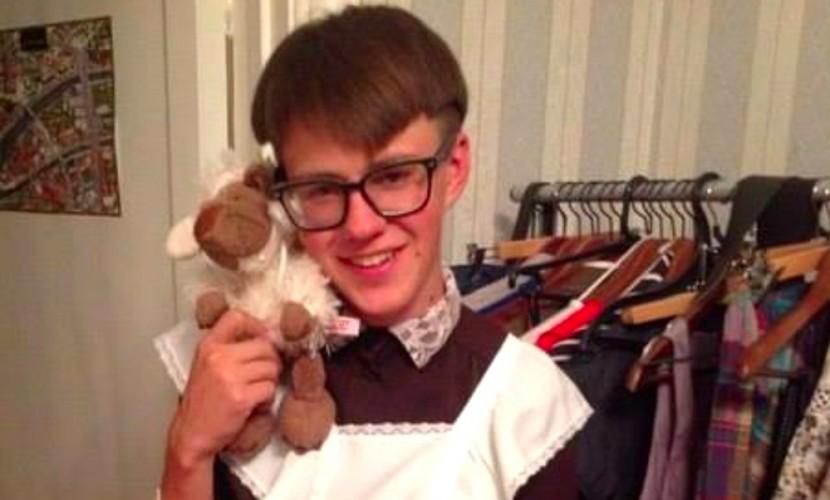 «Яблоко» выдвинуло на выборы в Москве оппозиционера-трансвестита в платье школьницы