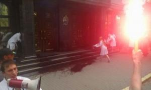 Сторонники подозреваемых в убийстве Бузины облили кровью здание Генпрокуратуры