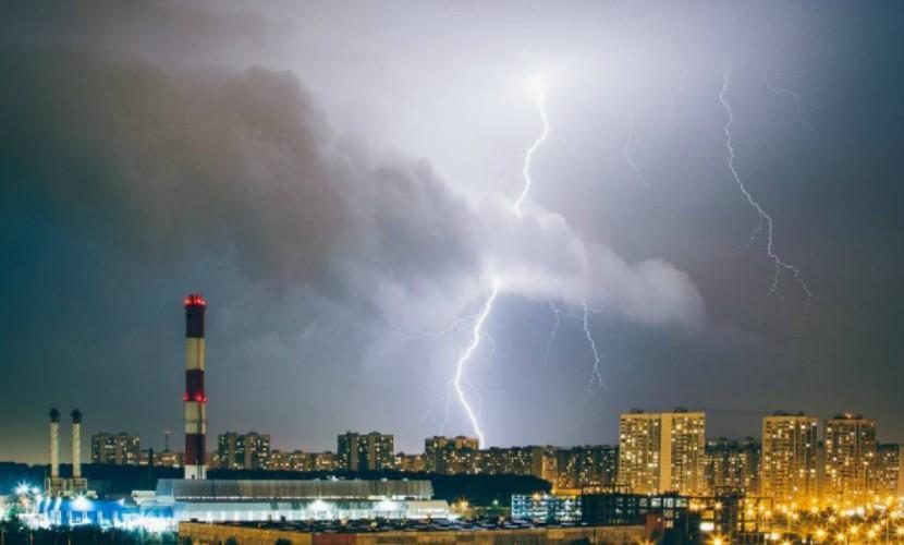 Мощнейшая гроза с беспощадным ливнем завладели Москвой на всю ночь