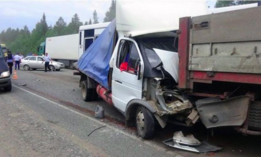 Грузовик раздавил микроавтобус с восьмью пассажирами в Новосибирской области