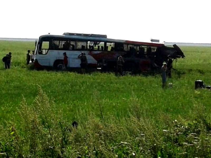 Два россиянина скончались в ДТП с пассажирским автобусом и грузовиком в Казахстане