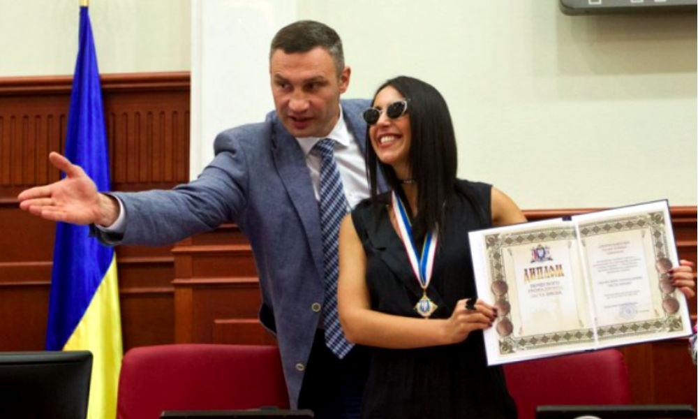 """Кличко поцеловал """"почетную"""" Джамалу и послушал лирическую песню в ее исполнении"""