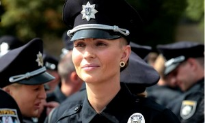Знаменитая красотка-полицейская Украины ушла из жизни после плевка в лицо