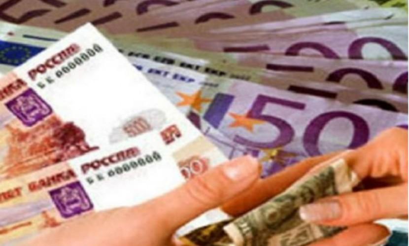 Рубль на утренних торгах снизился к доллару и евро