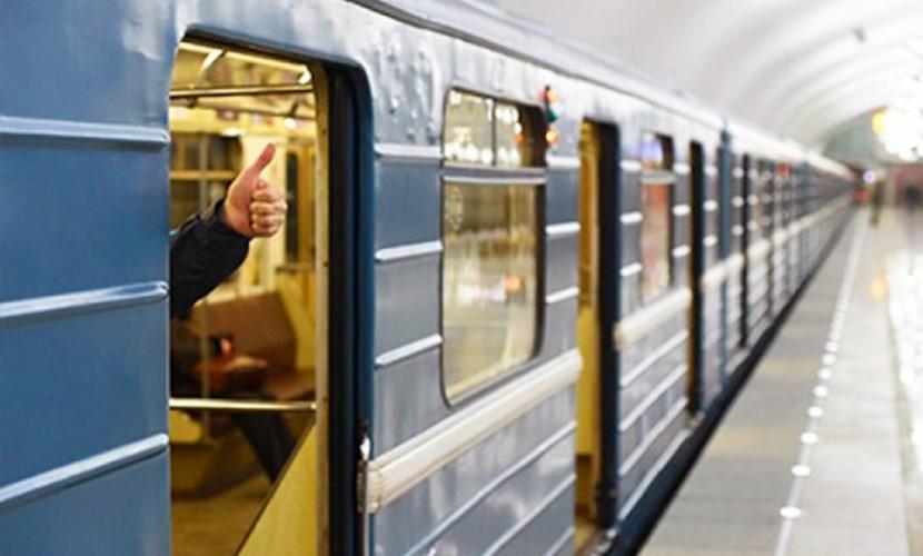 Женщина сломала руку, зажатую между дверьми вагона в метро в Москве