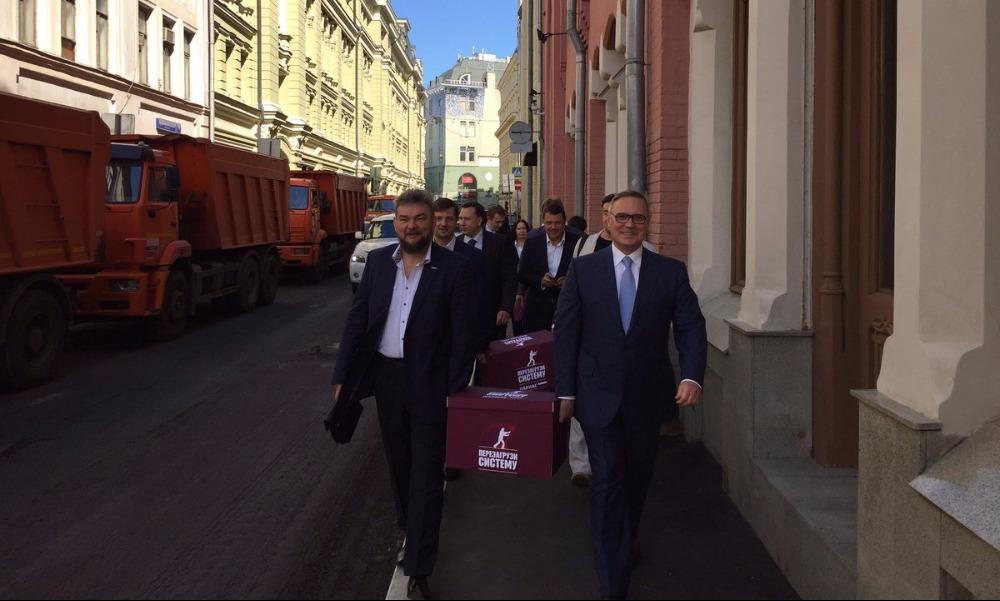 Избавившийся от конкурентов Касьянов принес в ЦИК предвыборные списки ПАРНАСа в бордовых ящиках