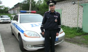 Лейтенант полиции на руках вынес беременную женщину из затопленной машины в Приморье