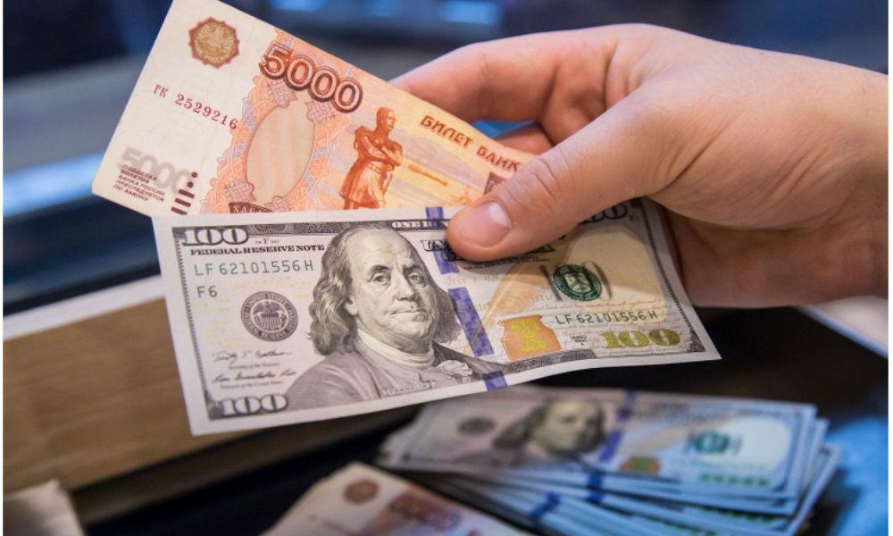 Скупать телевизоры или менять валюту: что делать на фоне резкого обесценивания рубля