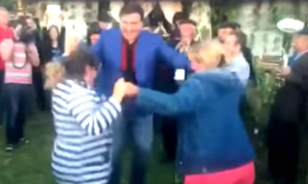 «Дикий танец» Саакашвили с блондинкой и брюнеткой насмешил одесситов и попал на видео