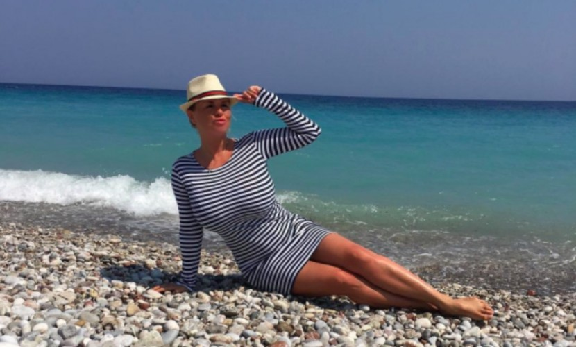 Семенович в тельняшке от всей груди жарко поздравила из Греции всех россиян с Днем ВМФ